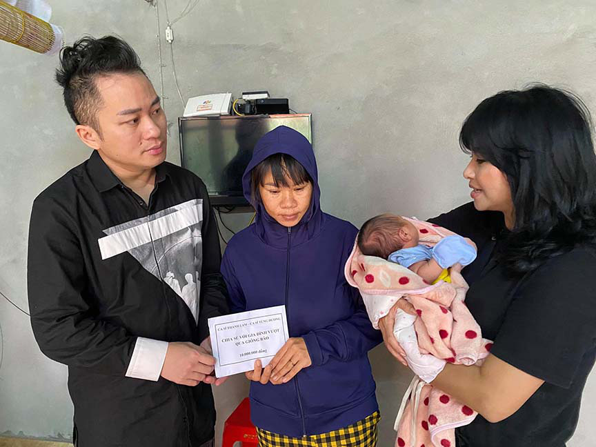 Tùng Dương - Thanh Lam nghẹn ngào khi tới thăm người dân Hà Tĩnh - Ảnh 1.