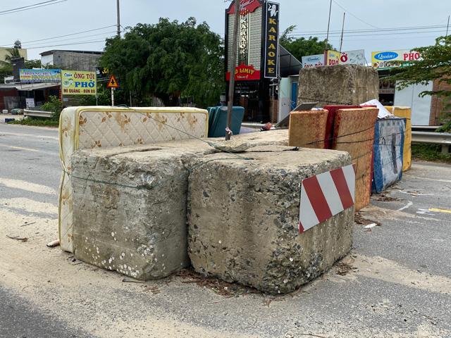 """Quảng Ngãi: Ai dựng tường chắn bê tông """"nuốt"""" người ở cầu Trà Bồng?  - Ảnh 1."""