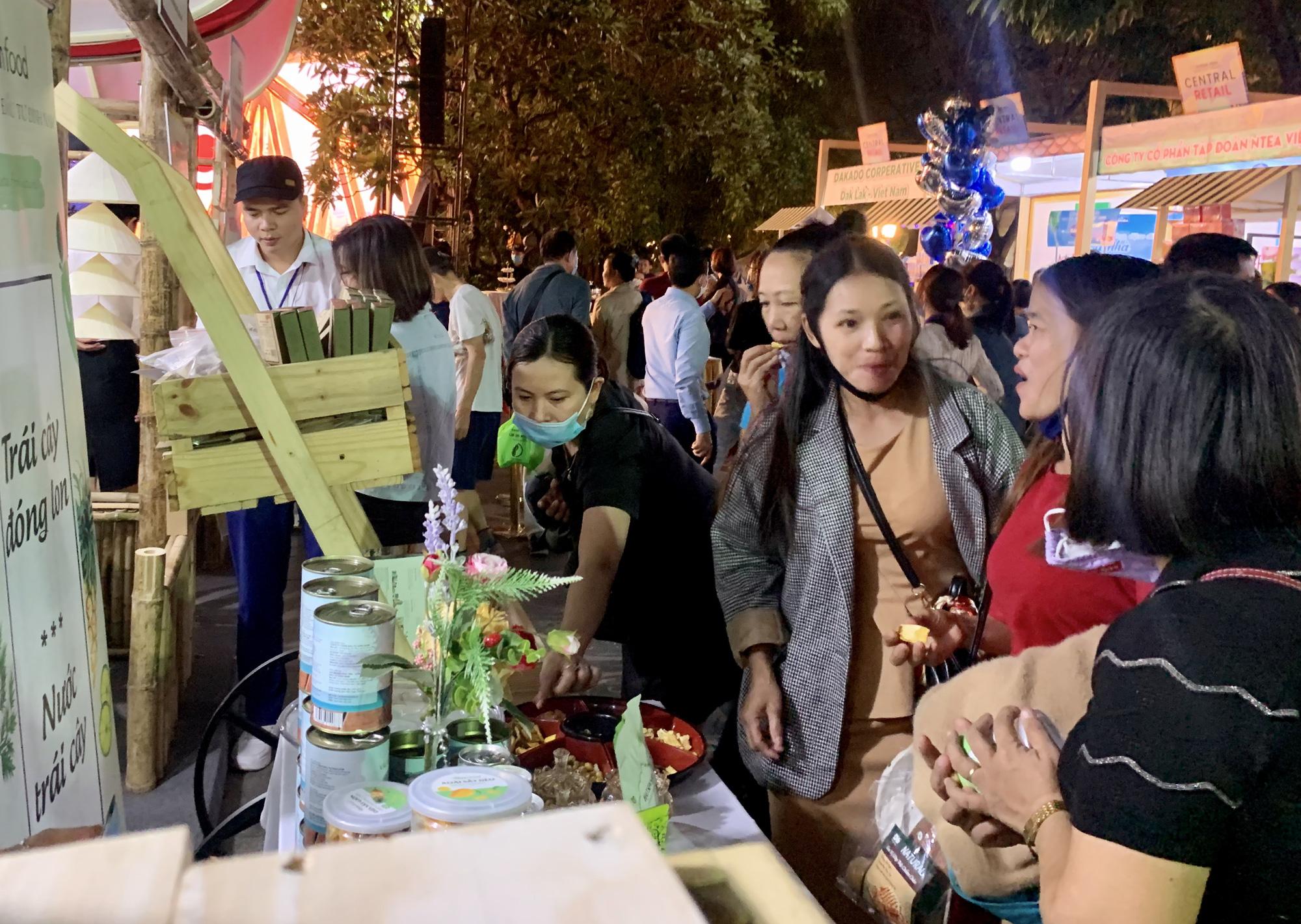 Gần 100 gian hàng 'Made in Vietnam' thu hút người dân Hà Thành - Ảnh 2.