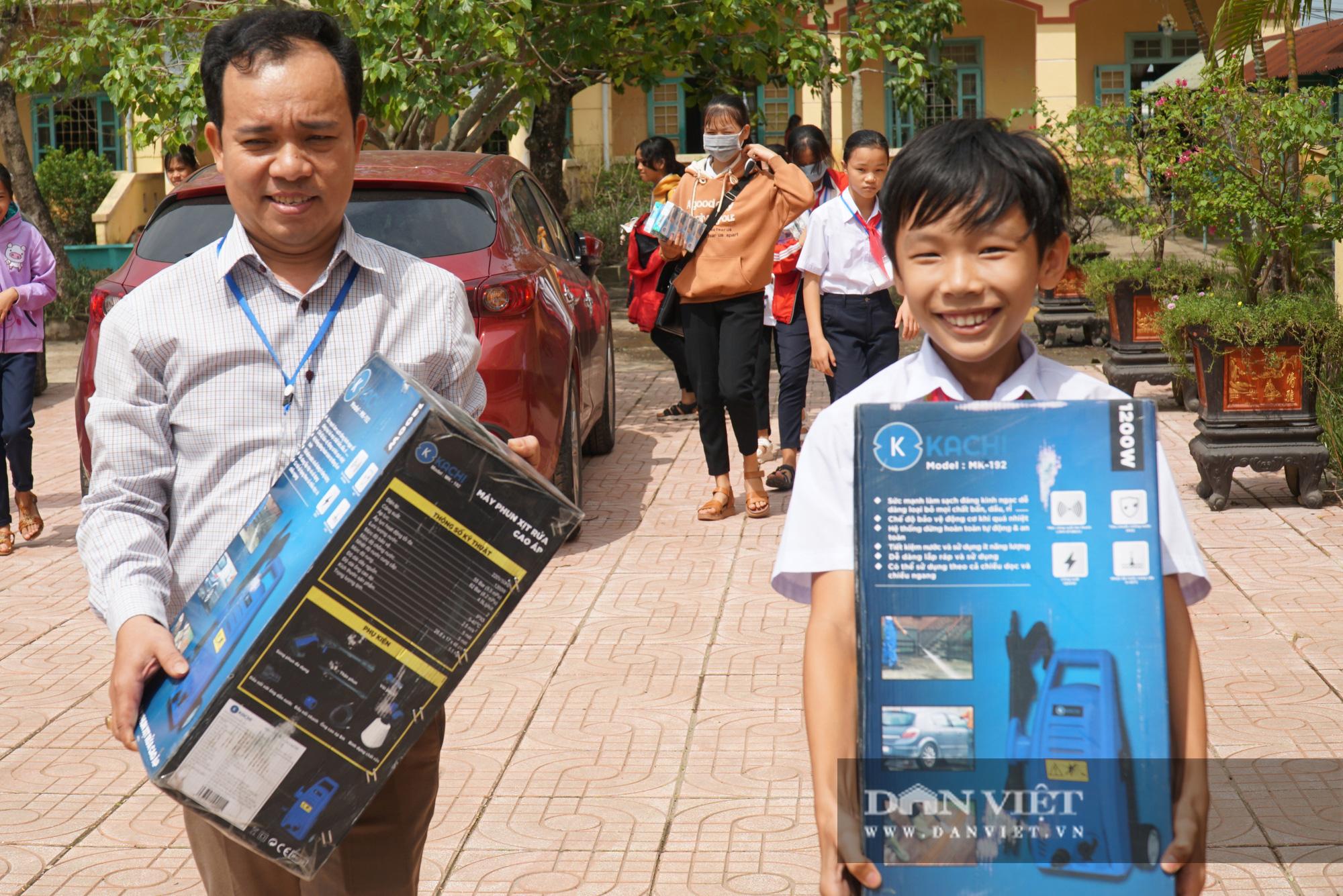 Quảng trị: Các trường học được hỗ trợ máy rửa bùn non sau bão lũ - Ảnh 9.