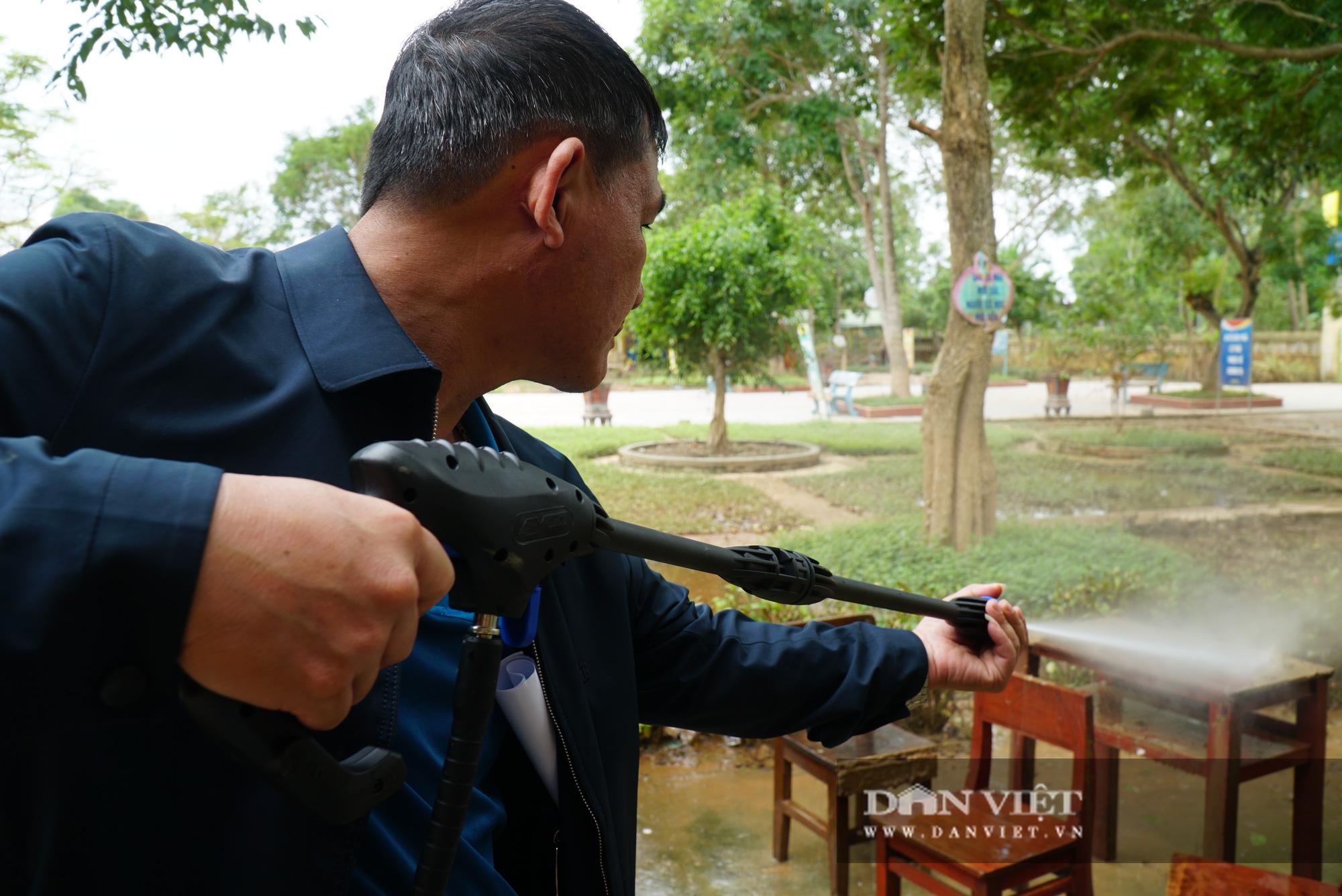 Quảng trị: Các trường học được hỗ trợ máy rửa bùn non sau bão lũ - Ảnh 10.