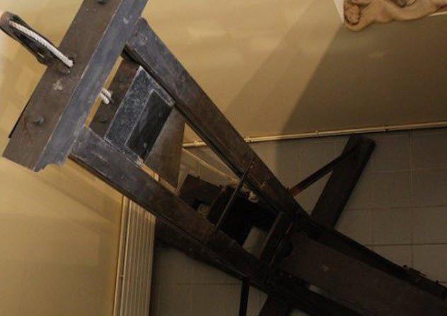 Giải mã bí mật tử hình bằng máy chém tàn khốc thời trung cổ - Ảnh 3.