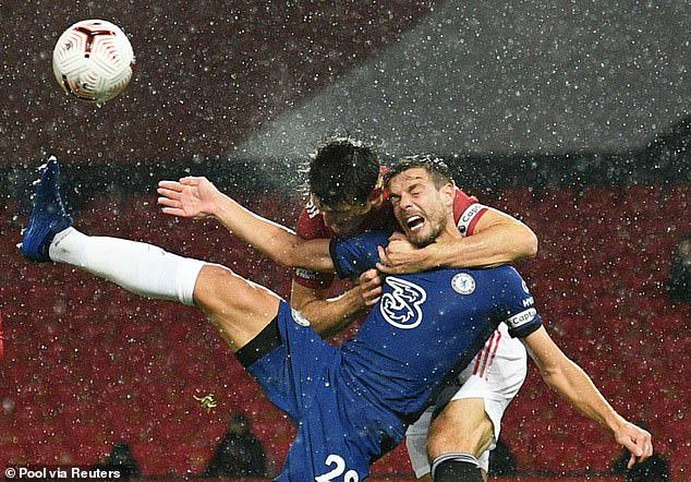 Maguire dùng tay kẹp cổ đội trưởng Chelsea