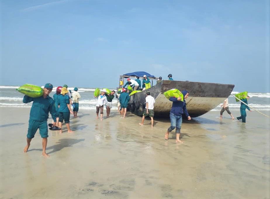 Có gì trên chiếc tàu gỗ không người dạt vào bờ biển Quảng Trị? - Ảnh 2.