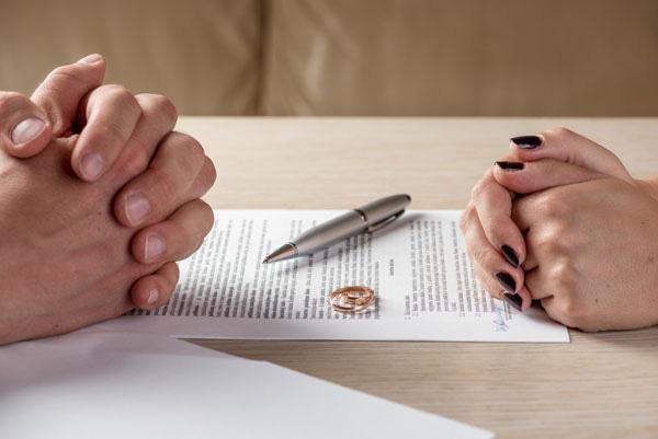 Sổ đỏ đứng tên một người, khi ly hôn chia thế nào? - Ảnh 2.