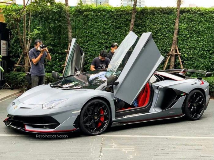 Chiếc Lamborghini Aventador thứ 10.000 xuất hiện trên phố - Ảnh 1.