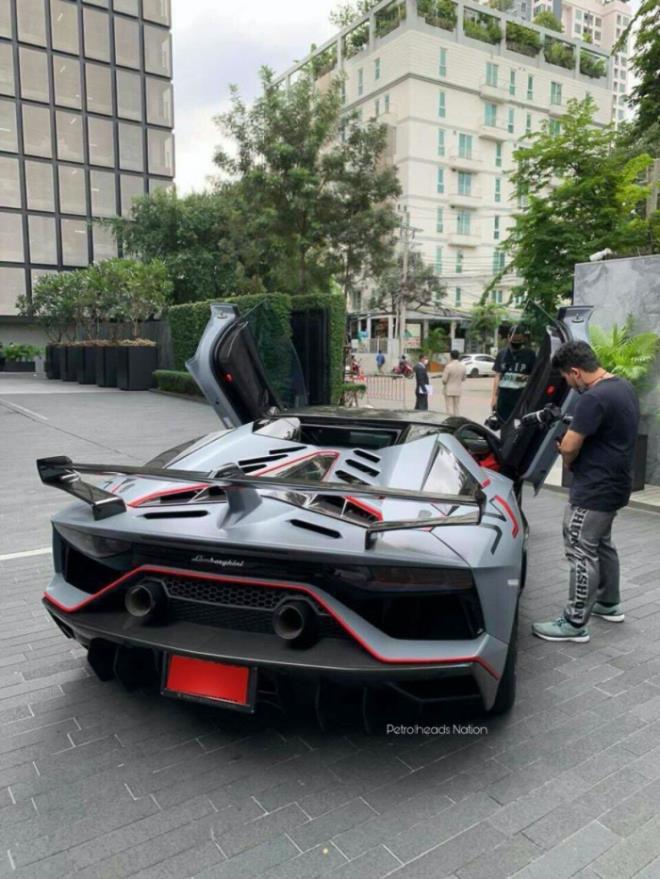 Chiếc Lamborghini Aventador thứ 10.000 xuất hiện trên phố - Ảnh 4.