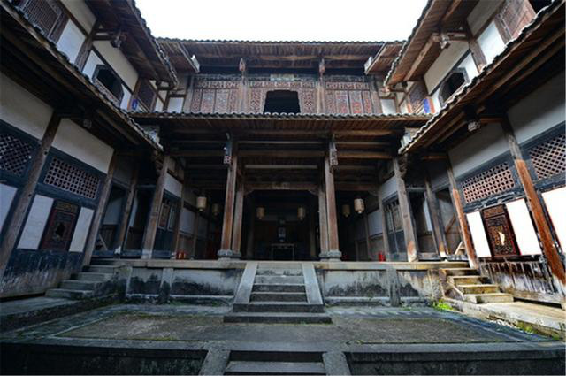 Bí ẩn khu nhà cổ hàng trăm năm, nặng 10.000 tấn ẩn mình trong rừng sâu ở Trung Quốc - Ảnh 9.