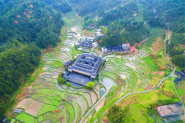 Bí ẩn khu nhà cổ hàng trăm năm, nặng 10.000 tấn ẩn mình trong rừng sâu ở Trung Quốc - Ảnh 8.