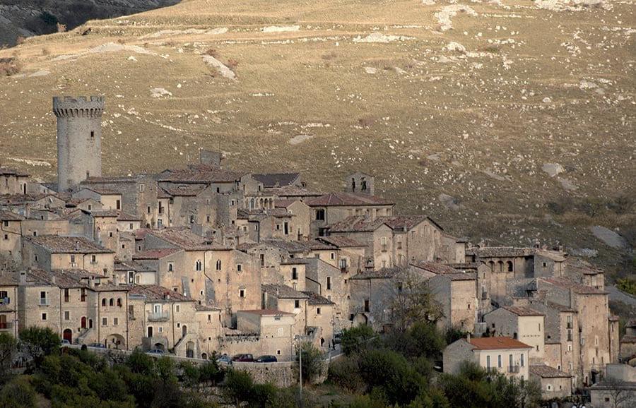 Ngôi làng ở Italy trả tiền cho người tới sống - Ảnh 2.
