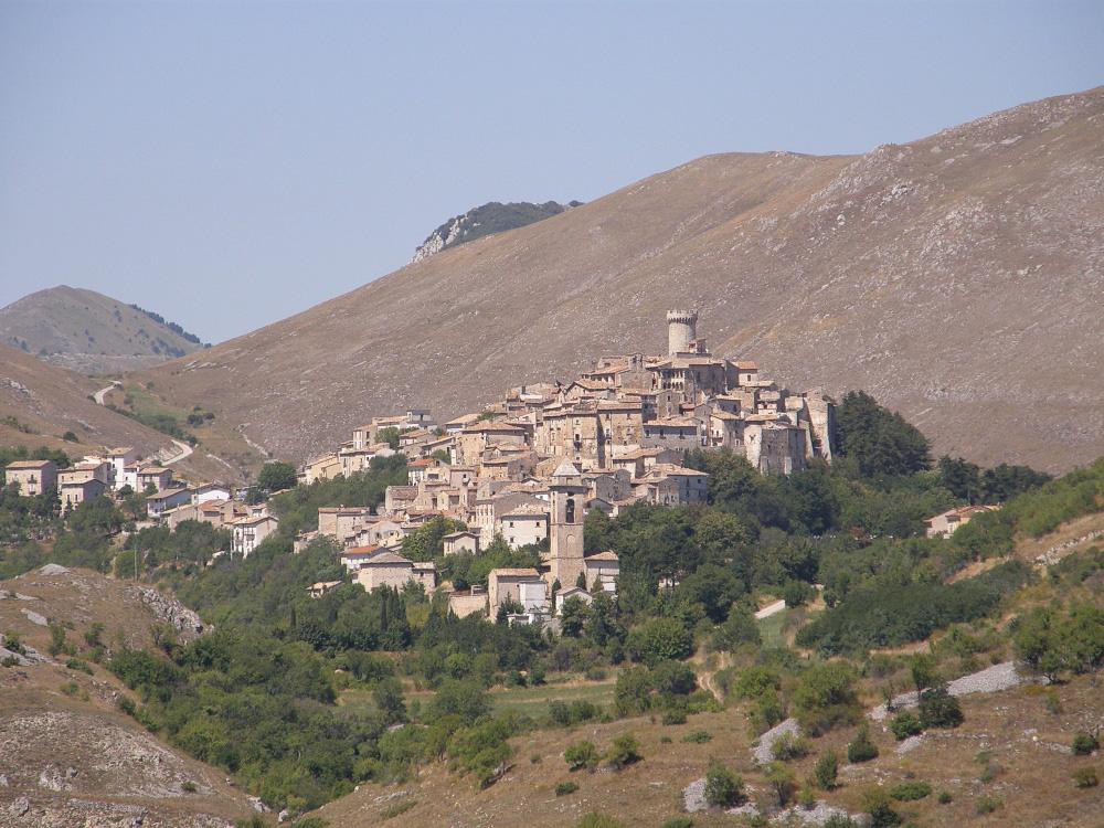 Ngôi làng ở Italy trả tiền cho người tới sống - Ảnh 3.