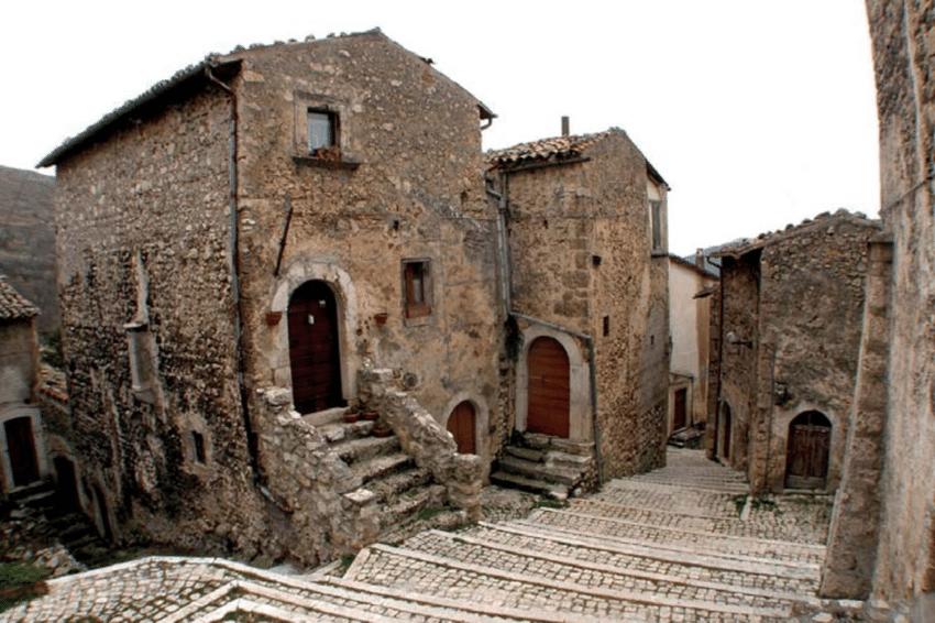 Ngôi làng ở Italy trả tiền cho người tới sống - Ảnh 6.