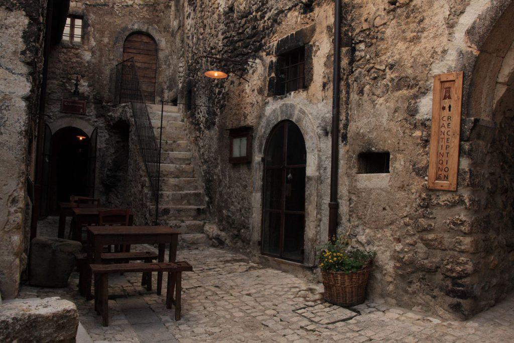 Ngôi làng ở Italy trả tiền cho người tới sống - Ảnh 7.