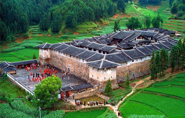 Bí ẩn khu nhà cổ hàng trăm năm, nặng 10.000 tấn ẩn mình trong rừng sâu ở Trung Quốc - Ảnh 7.