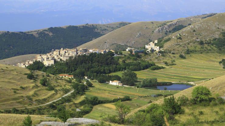 Ngôi làng ở Italy trả tiền cho người tới sống - Ảnh 1.