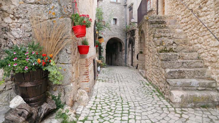 Ngôi làng ở Italy trả tiền cho người tới sống - Ảnh 4.