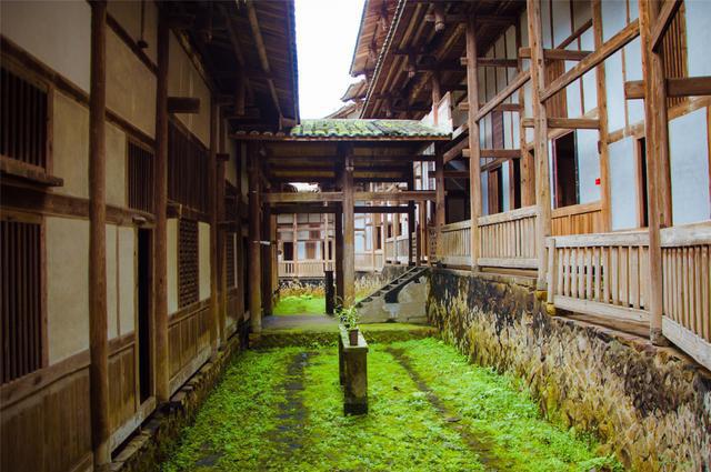 Bí ẩn khu nhà cổ hàng trăm năm, nặng 10.000 tấn ẩn mình trong rừng sâu ở Trung Quốc - Ảnh 10.
