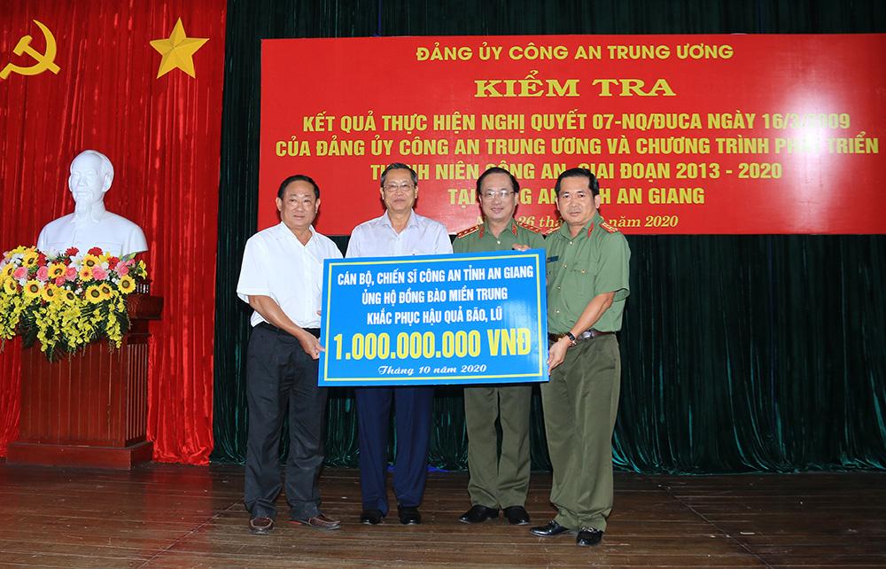 Công An tỉnh An Giang ủng hộ đồng bào miền Trung 1 tỷ đồng khắc phục hậu quả bão, lũ - Ảnh 1.