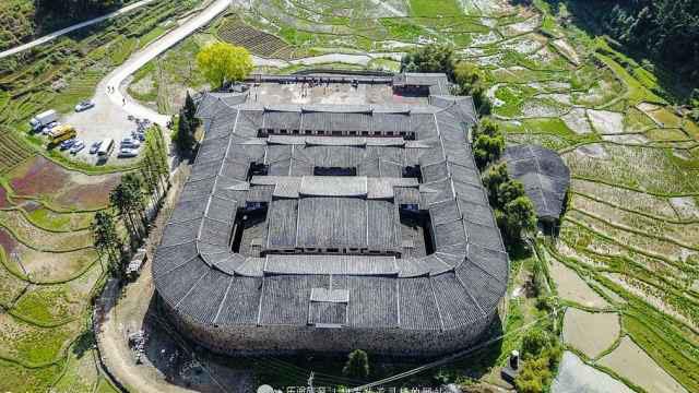 Bí ẩn khu nhà cổ hàng trăm năm, nặng 10.000 tấn ẩn mình trong rừng sâu ở Trung Quốc - Ảnh 1.