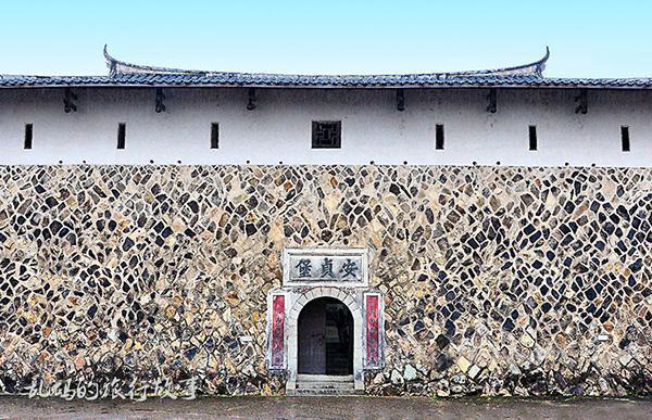 Bí ẩn khu nhà cổ hàng trăm năm, nặng 10.000 tấn ẩn mình trong rừng sâu ở Trung Quốc - Ảnh 2.