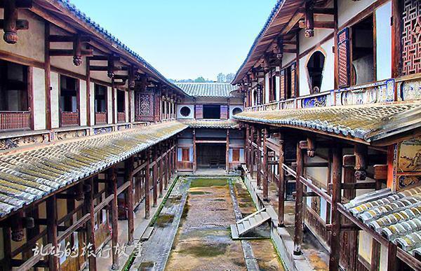 Bí ẩn khu nhà cổ hàng trăm năm, nặng 10.000 tấn ẩn mình trong rừng sâu ở Trung Quốc - Ảnh 3.