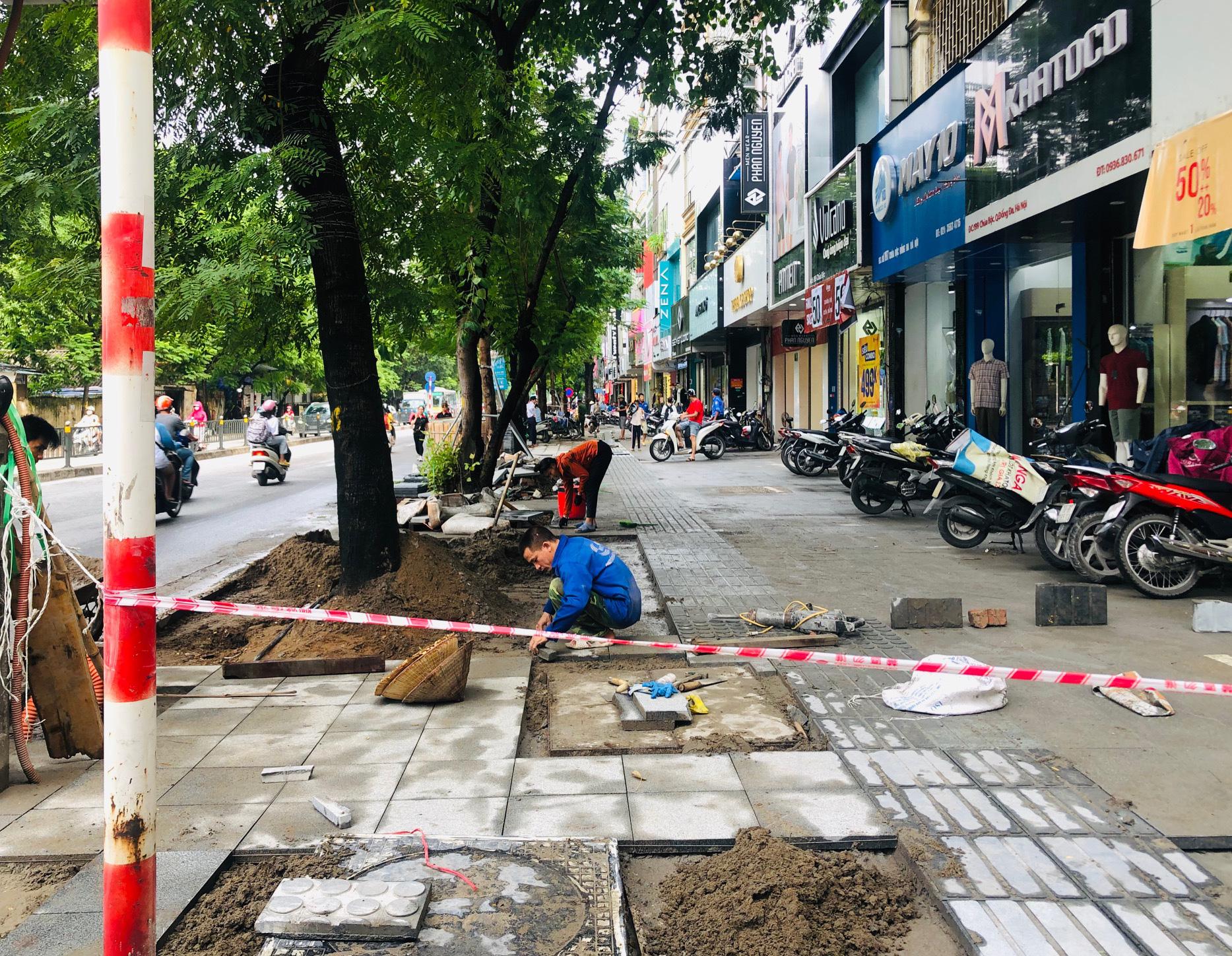 """Vỉa hè lát đá tại Hà Nội: Tuổi thọ 70 năm, nhưng chỉ """"sống"""" 2 năm - Ảnh 3."""