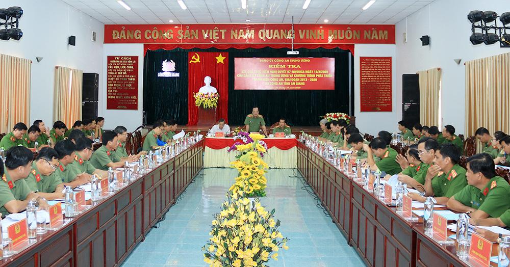 Công An tỉnh An Giang ủng hộ đồng bào miền Trung 1 tỷ đồng khắc phục hậu quả bão, lũ - Ảnh 2.