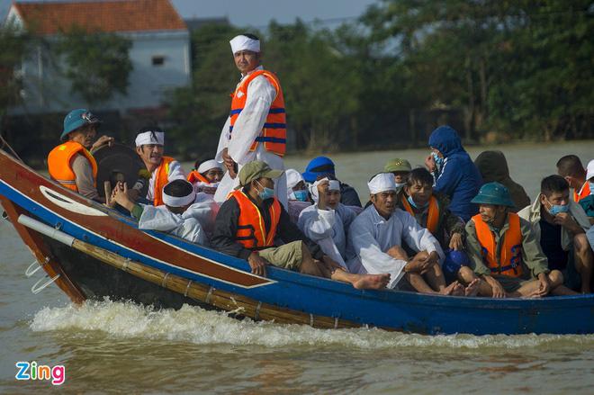 130 người chết do mưa lũ ở miền Trung - Ảnh 1.