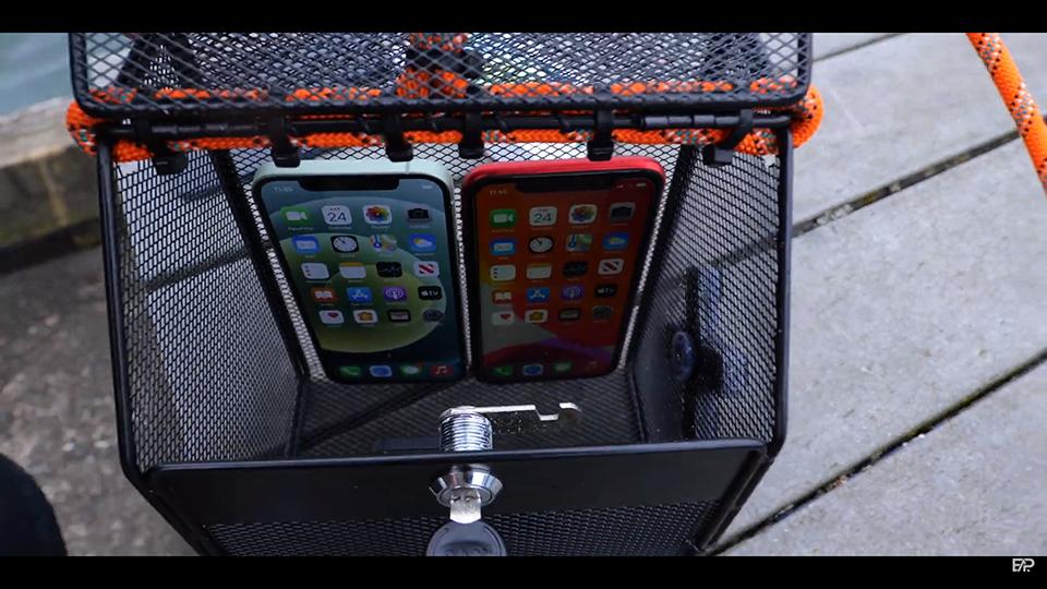"""""""Ngâm"""" iPhone 12 và iPhone 11 dưới nước: Kết quả ra sao? - Ảnh 1."""
