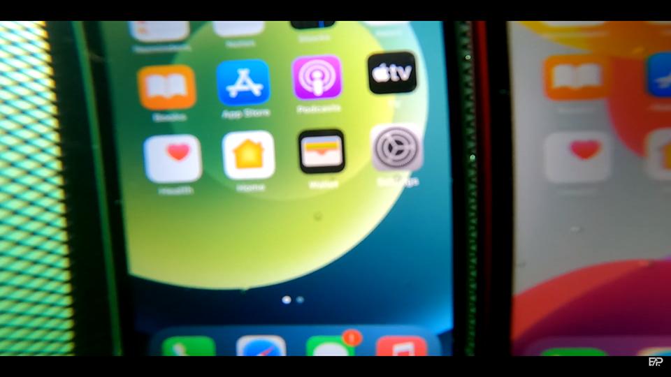 """""""Ngâm"""" iPhone 12 và iPhone 11 dưới nước: Kết quả ra sao? - Ảnh 2."""