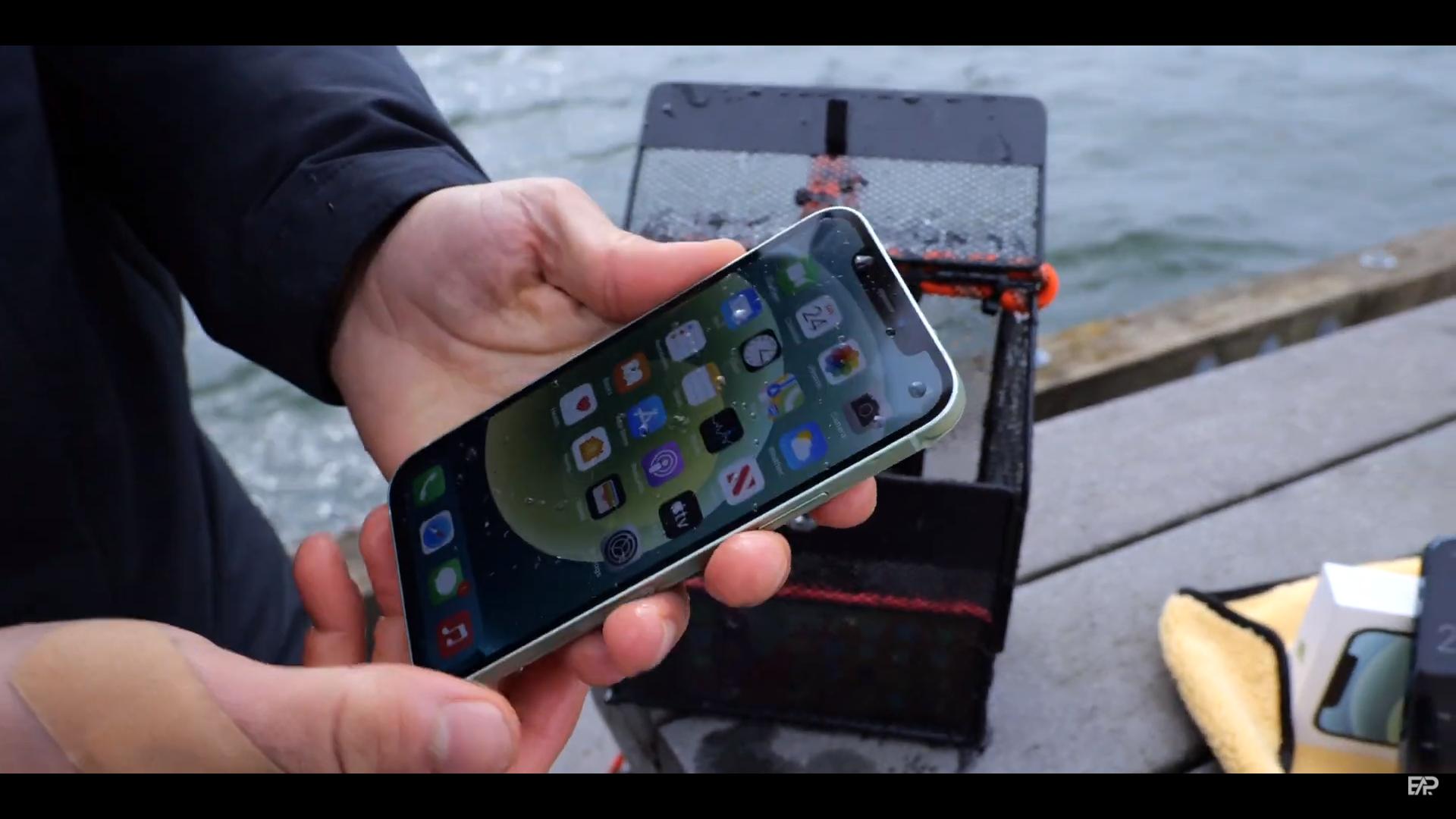 """""""Ngâm"""" iPhone 12 và iPhone 11 dưới nước: Kết quả ra sao? - Ảnh 3."""