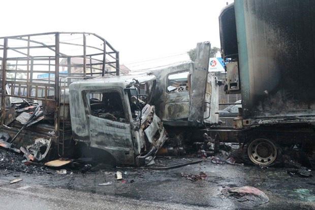 Xe tải, xe container cháy rụi sau khi tông đối đầu nhau trên quốc lộ - Ảnh 1.