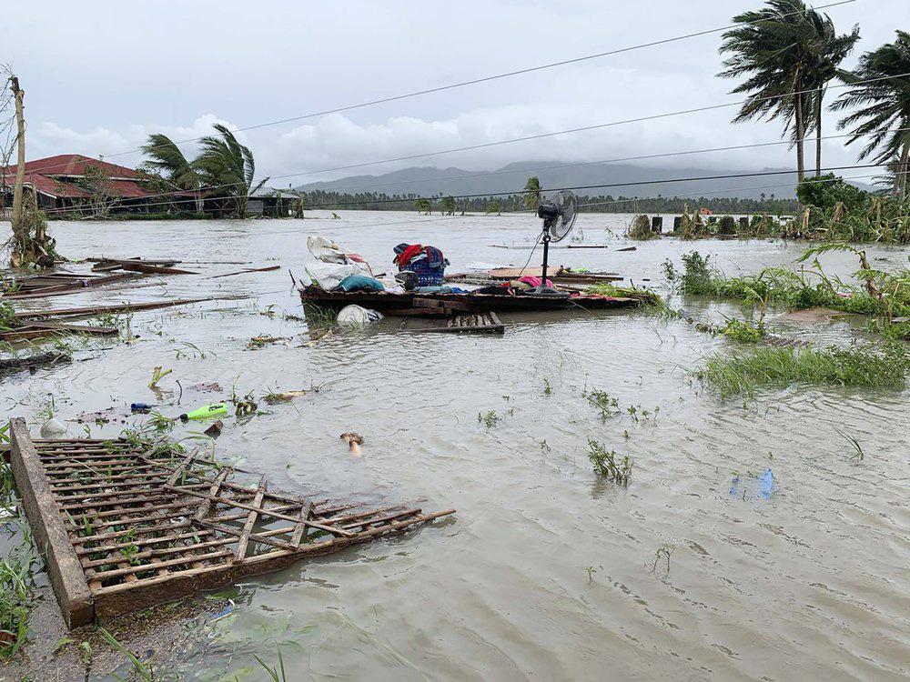 Làng mạc chìm trong biển nước, 3 người chết khi bão Molave quét qua Philippines - Ảnh 1.