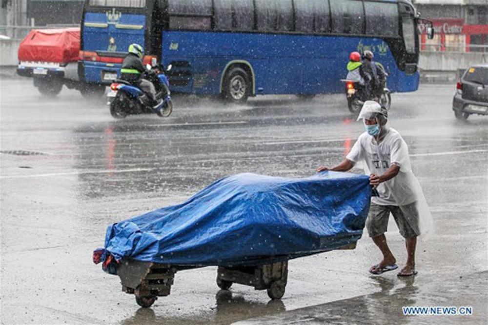 Làng mạc chìm trong biển nước, 3 người chết khi bão Molave quét qua Philippines - Ảnh 10.