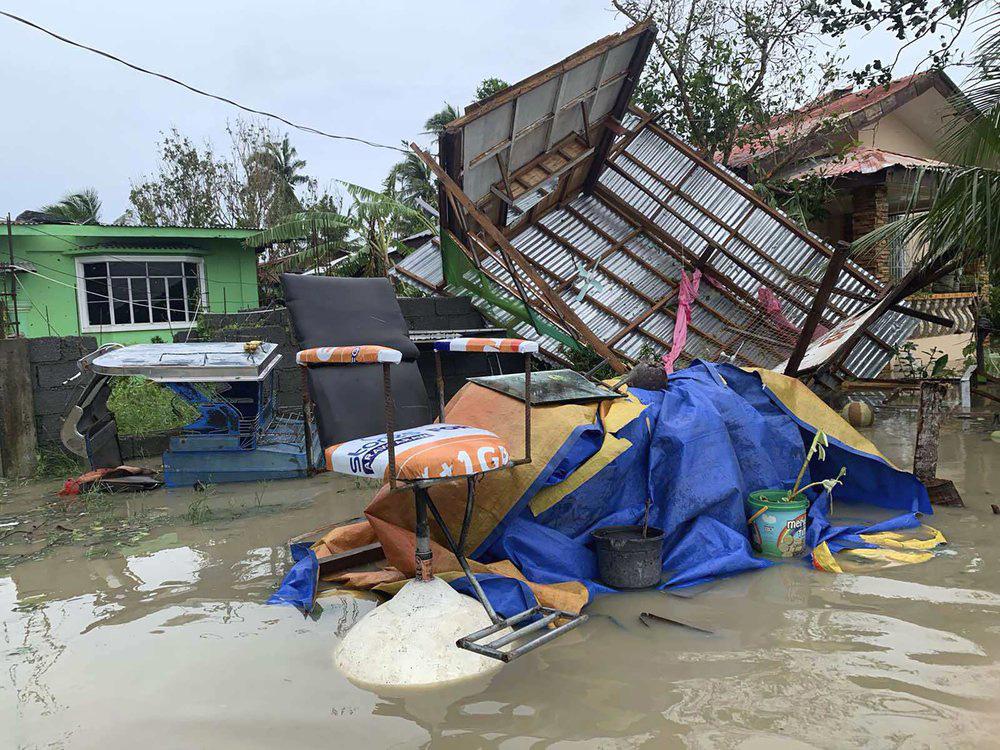 Làng mạc chìm trong biển nước, 3 người chết khi bão Molave quét qua Philippines - Ảnh 2.