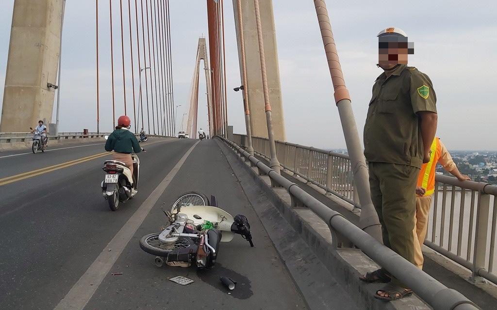 Phát hiện nam thanh niên nghi bị chém bất tỉnh trên cầu - Ảnh 1.