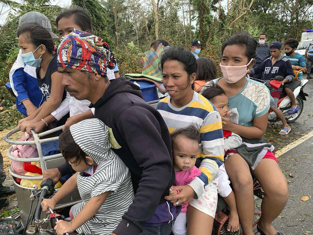 Làng mạc chìm trong biển nước, 3 người chết khi bão Molave quét qua Philippines - Ảnh 3.