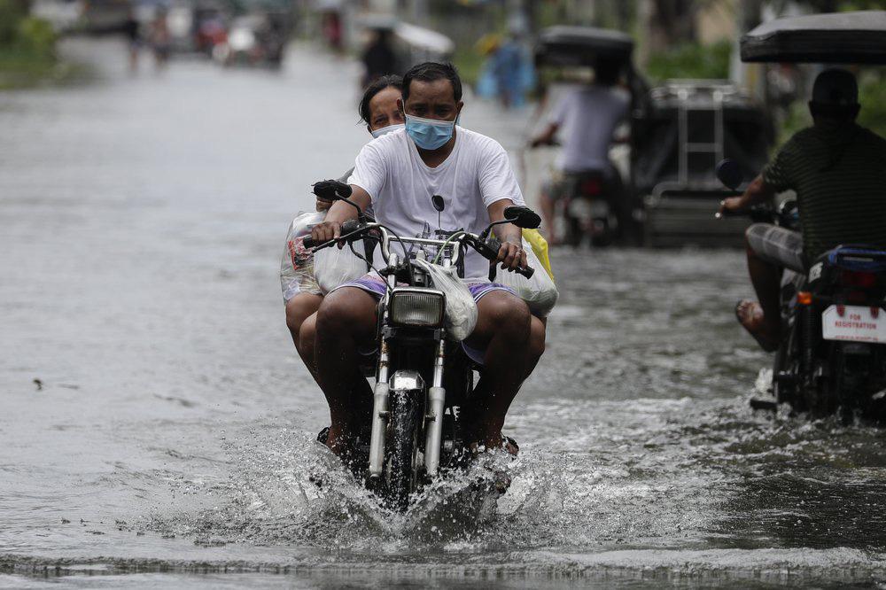 Làng mạc chìm trong biển nước, 3 người chết khi bão Molave quét qua Philippines - Ảnh 4.