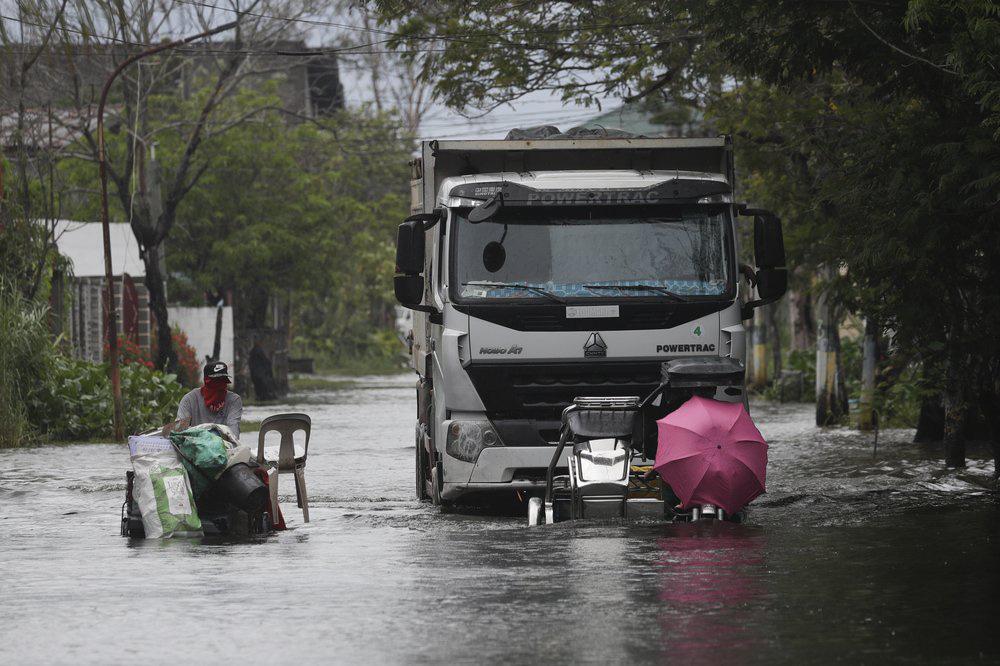 Làng mạc chìm trong biển nước, 3 người chết khi bão Molave quét qua Philippines - Ảnh 5.