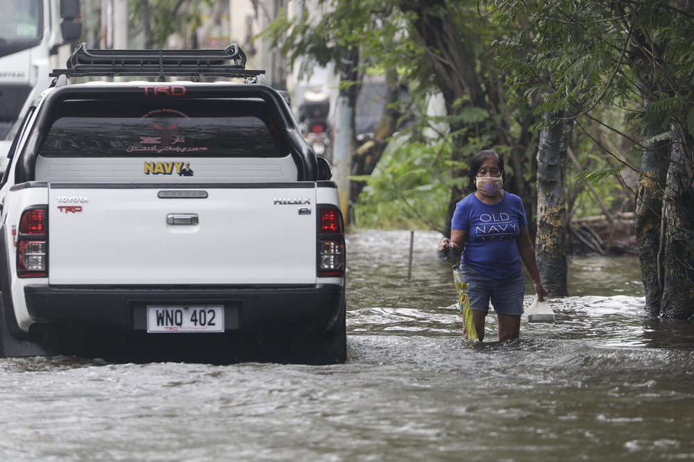 Làng mạc chìm trong biển nước, 3 người chết khi bão Molave quét qua Philippines - Ảnh 6.