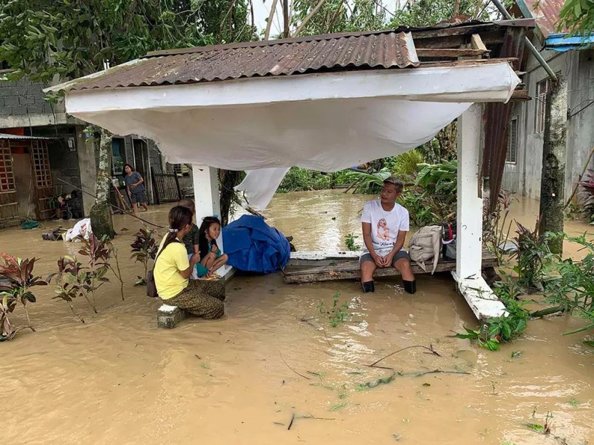 Làng mạc chìm trong biển nước, 3 người chết khi bão Molave quét qua Philippines - Ảnh 8.