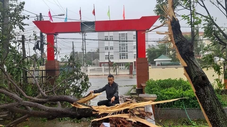 """Bãi """"chiến trường"""" mà bão số 9 tràn qua và để lại ở Quảng Nam, Quảng Ngãi - Ảnh 2."""