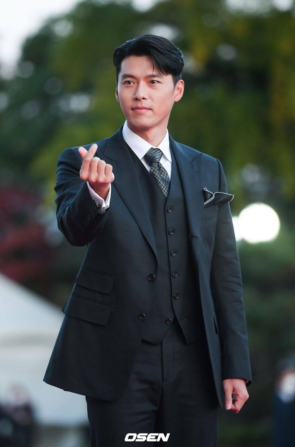 """Hyun Bin lẻ bóng vẫn điển trai chuẩn """"soái ca"""" đi nhận giải đặc biệt, Son Ye Jin làm điều bất ngờ - Ảnh 2."""