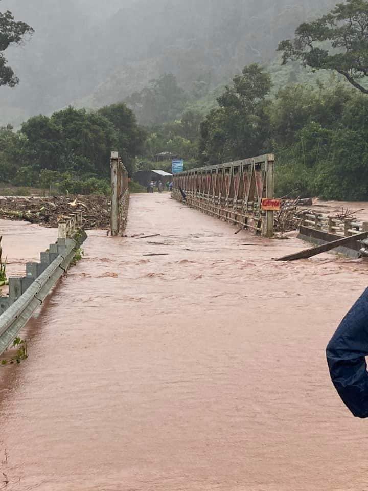 Nước lớn do bão Molave, cuốn phăng cây cầu sắt ở Kon Tum - Ảnh 2.