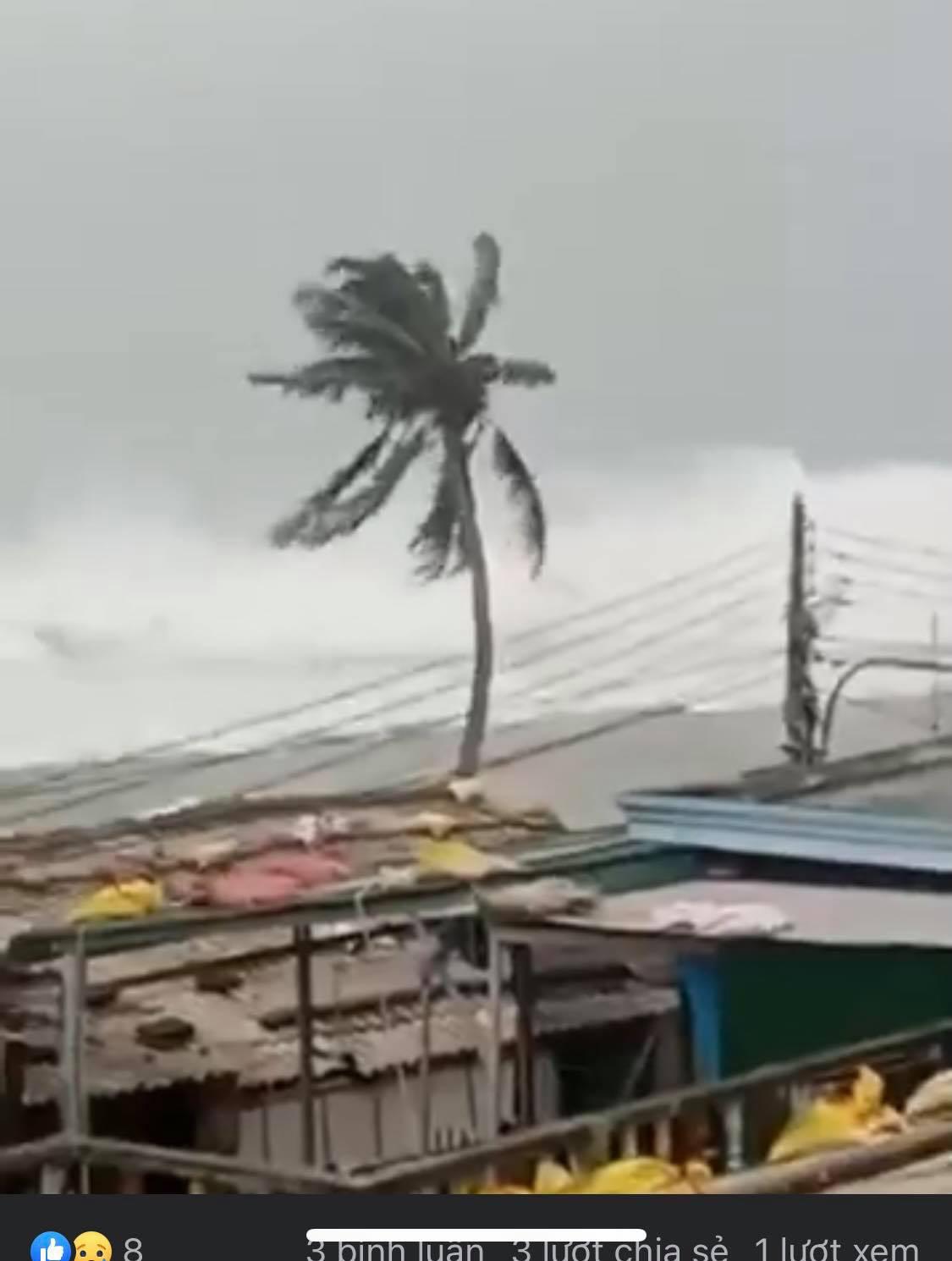 """Cơn """"cuồng phong"""" Molave tiến vào đất liền, đảo Lý Sơn gió rít chưa từng thấy, sóng biển lừng lững cao như toà nhà - Ảnh 4."""