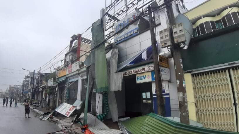 """Bãi """"chiến trường"""" mà bão số 9 tràn qua và để lại ở Quảng Nam, Quảng Ngãi - Ảnh 6."""