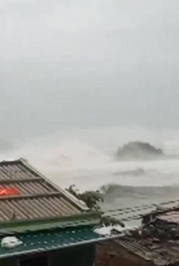 """Cơn """"cuồng phong"""" Molave tiến vào đất liền, đảo Lý Sơn gió rít chưa từng thấy, sóng biển lừng lững cao như toà nhà - Ảnh 5."""