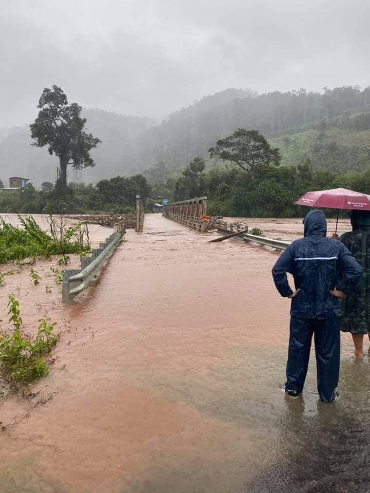 Nước lớn do bão Molave, cuốn phăng cây cầu sắt ở Kon Tum - Ảnh 3.