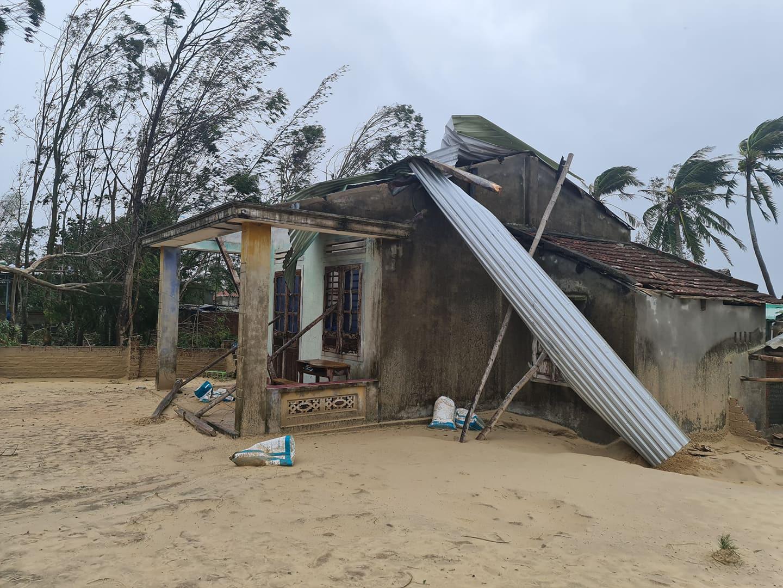 """Bãi """"chiến trường"""" mà bão số 9 tràn qua và để lại ở Quảng Nam, Quảng Ngãi - Ảnh 11."""