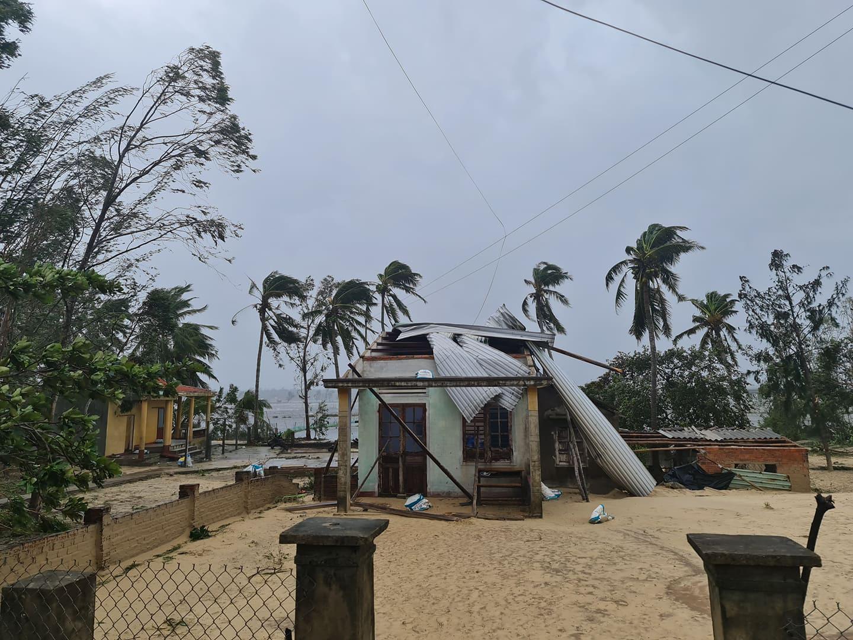 """Bãi """"chiến trường"""" mà bão số 9 tràn qua và để lại ở Quảng Nam, Quảng Ngãi - Ảnh 12."""